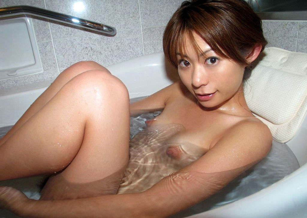 小さな膨らみの乳房とぷっくりした乳頭 (2)