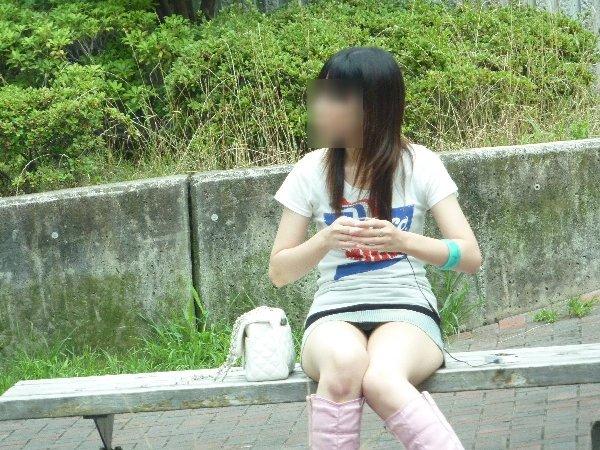 ミニスカートを穿いて座ると下着が見えちゃう (11)