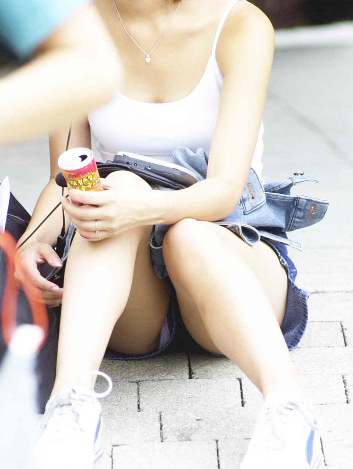 ミニスカートを穿いて座ると下着が見えちゃう (5)