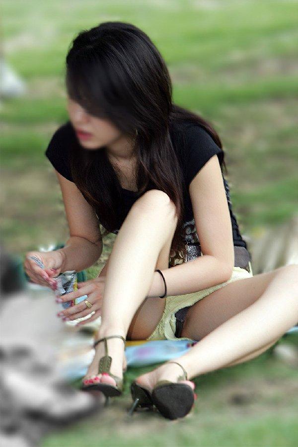 ミニスカートを穿いて座ると下着が見えちゃう (14)