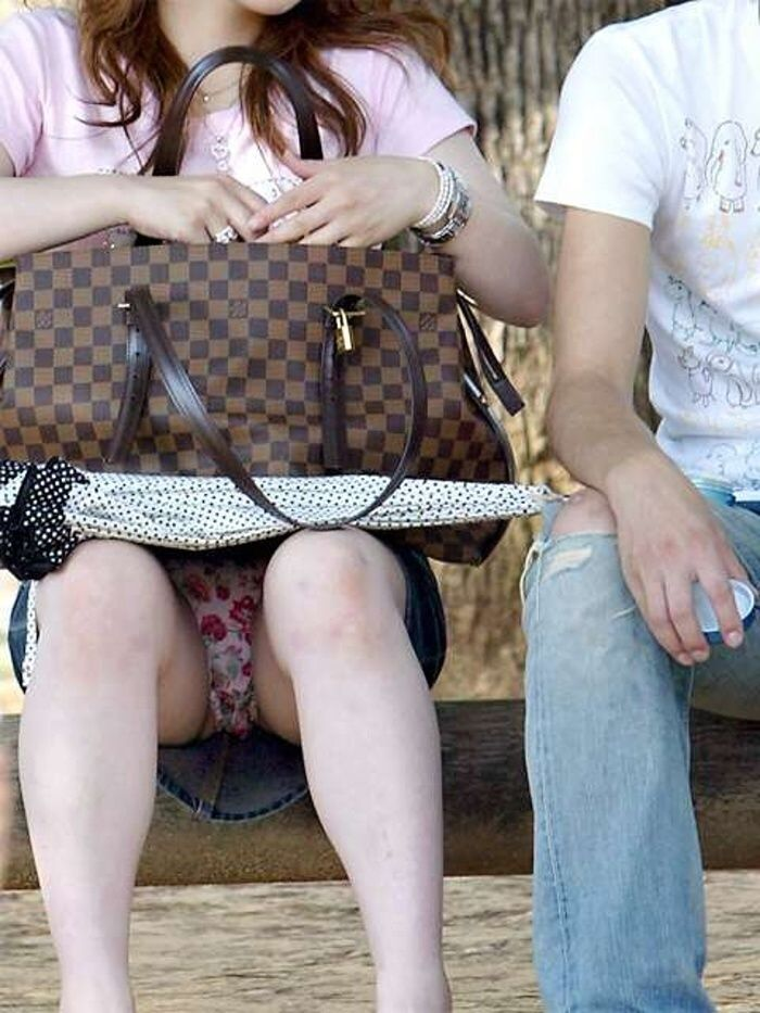 ミニスカートを穿いて座ると下着が見えちゃう (6)