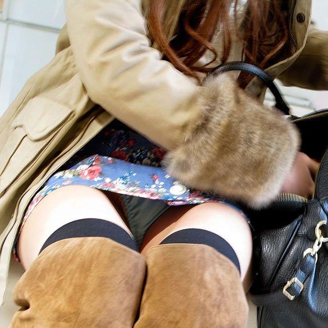 座りパンチラで素人娘たちのスカートの中から、パンツがモロ見え