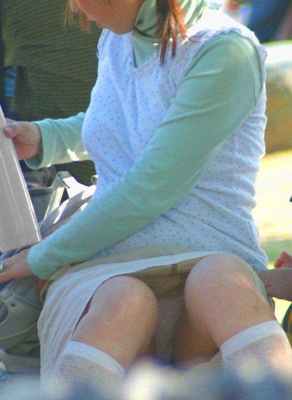 ミニスカートを穿いて座ると下着が見えちゃう (17)