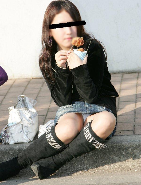 ミニスカートから見え隠れしている下着 (18)