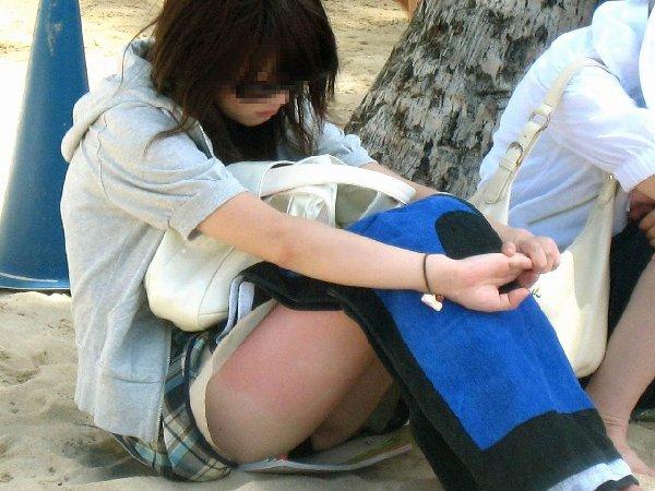 ミニスカートから見え隠れしている下着 (5)
