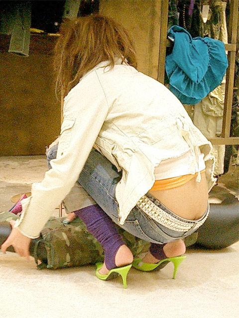 ケツが半分くらい出ちゃってる女の子を街撮り (8)