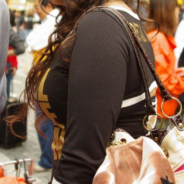 乳房がデカいというだけで凝視される女の子 (14)