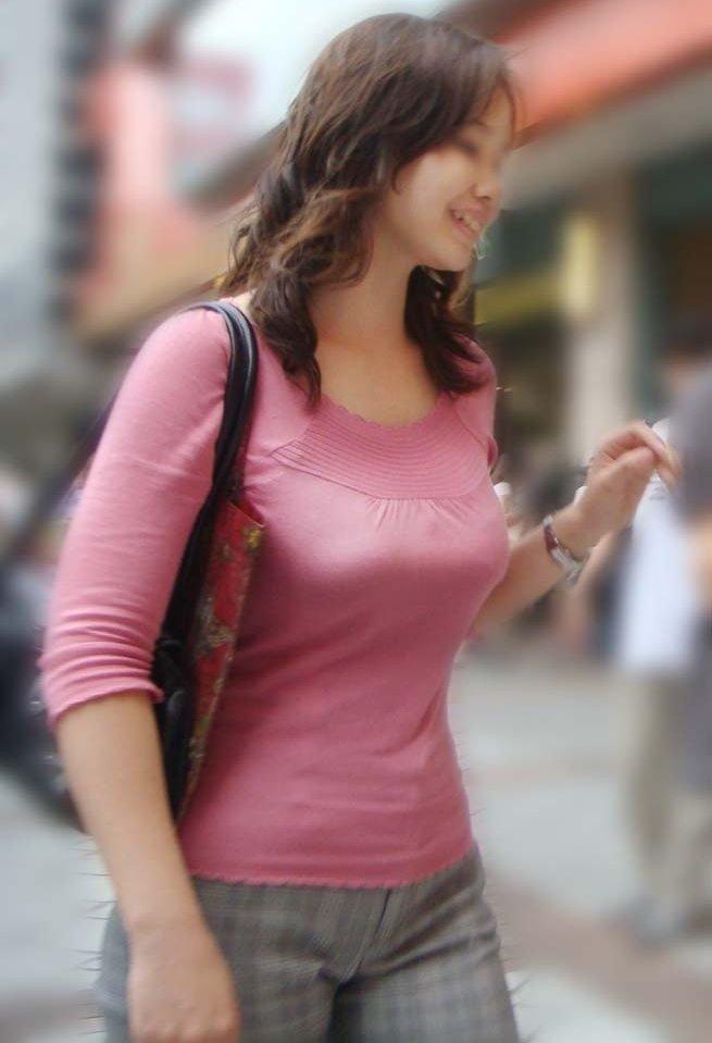 乳房がデカいというだけで凝視される女の子 (13)