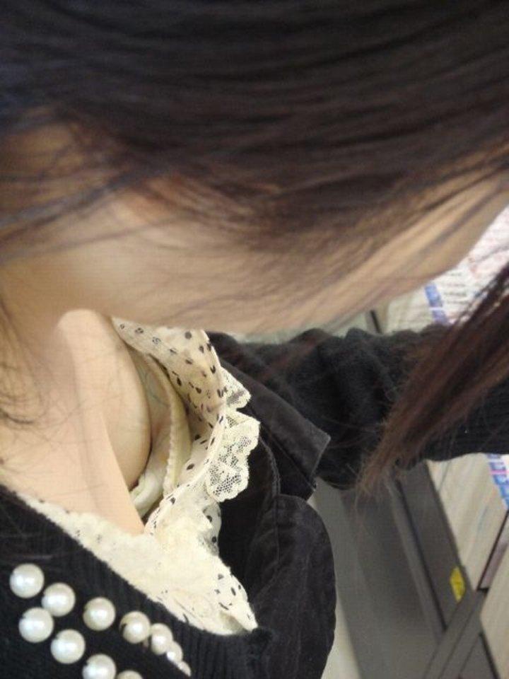 大きさ色々の乳房が隙間から見えてる (14)