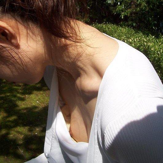 乳頭までチラチラと見えてしまっている女の子 (1)