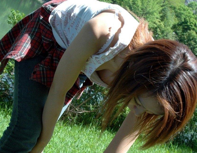 広場で無防備にオッパイを見せてる女の子 (7)