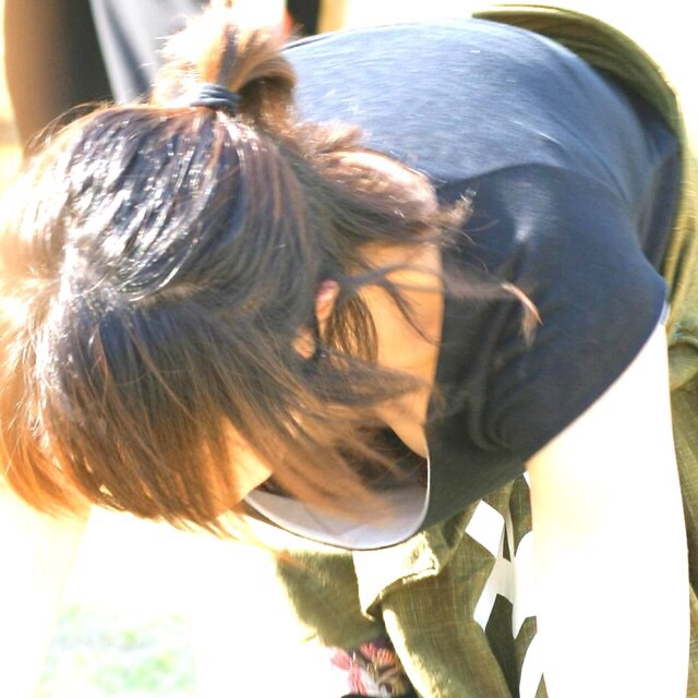 広場で無防備にオッパイを見せてる女の子 (6)