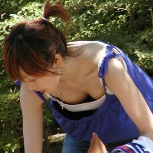 公園にいた素人女性たちが、開放感で胸チラしまくってる