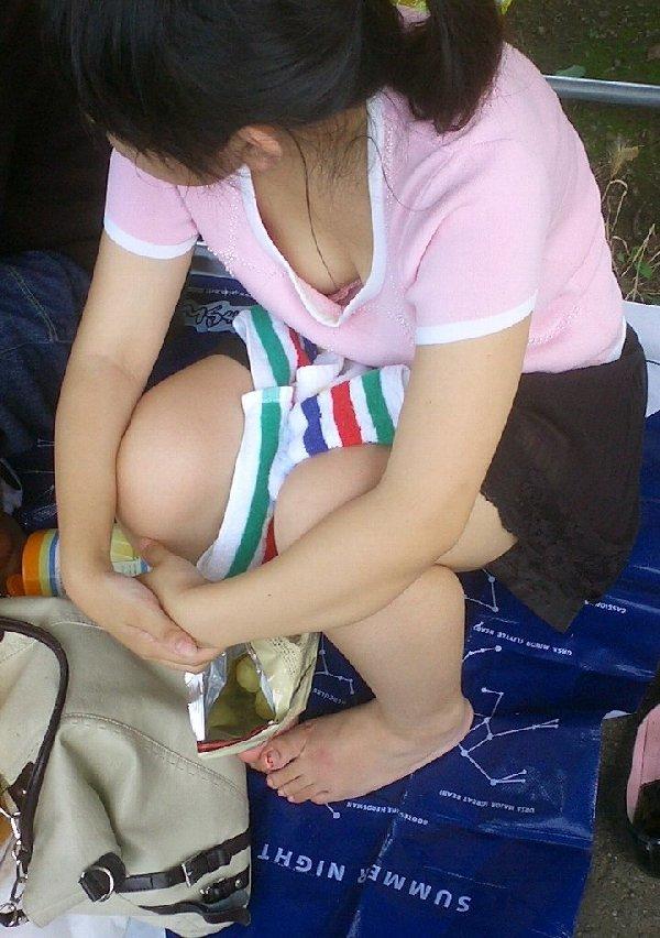 広場で無防備にオッパイを見せてる女の子 (15)