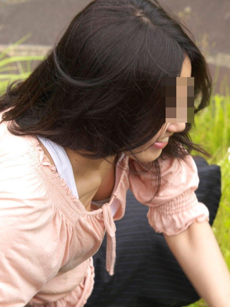 広場で無防備にオッパイを見せてる女の子 (10)