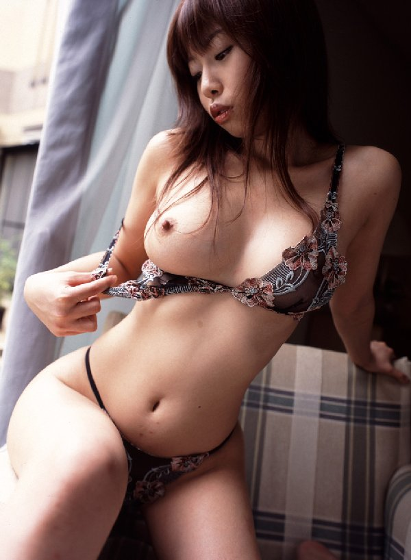 エロいランジェリーから見える乳房と乳首 (18)