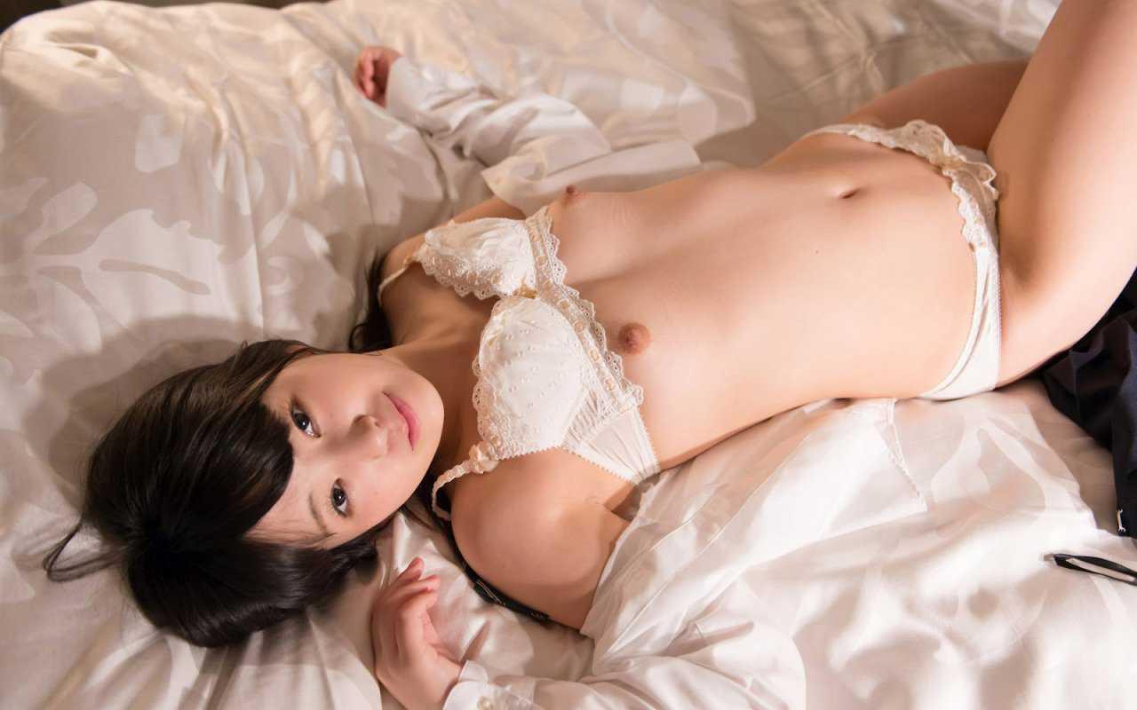 エロいランジェリーから見える乳房と乳首 (7)
