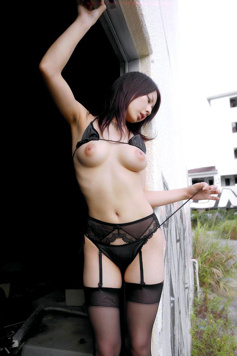 エロいランジェリーから見える乳房と乳首 (20)