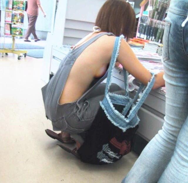 乳首まで見えそうな着衣と裸を組み合わせた格好 (11)