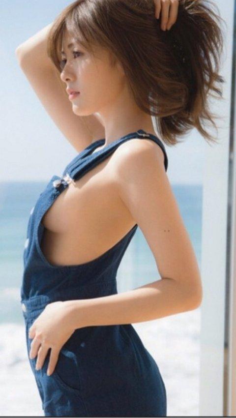 乳首まで見えそうな着衣と裸を組み合わせた格好 (20)