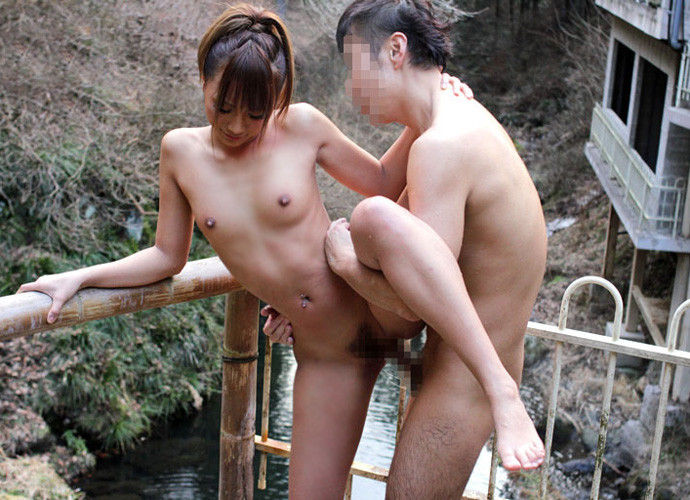 露天風呂でムラムラしたカップルがSEX (5)