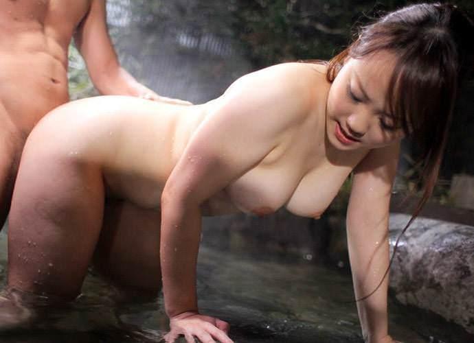 露天風呂でムラムラしたカップルがSEX (6)