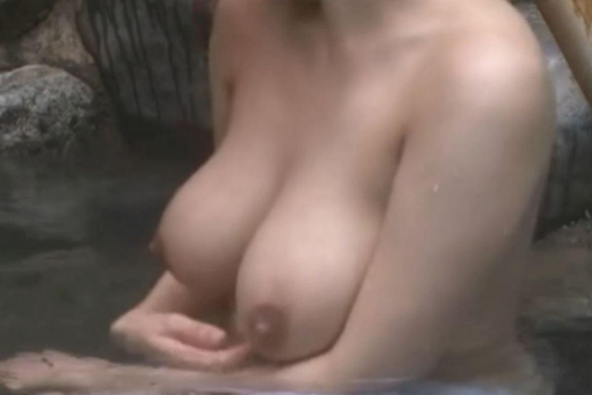 太陽を浴びながら温泉に入る女の子 (8)