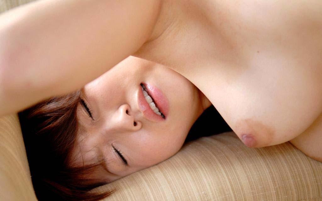 綺麗な色をした乳頭を見るとペロペロしたくなる (11)