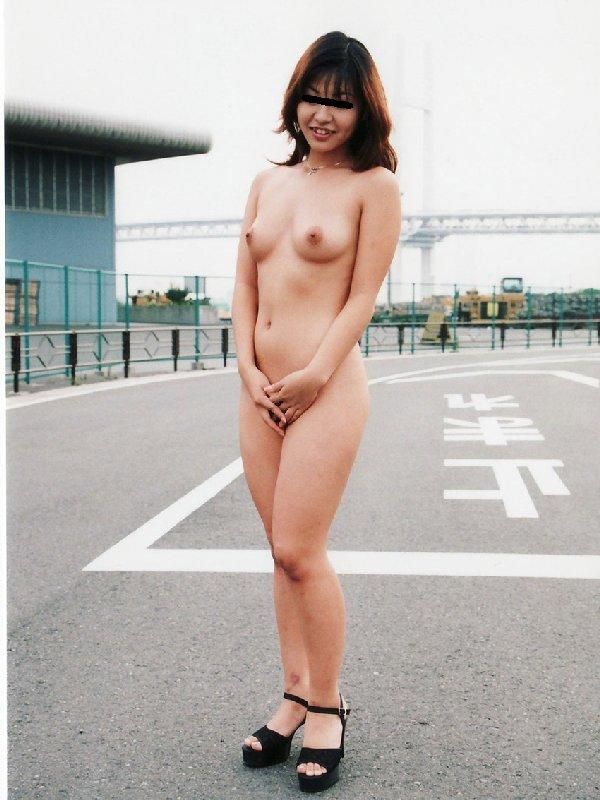 路上で乳房や股間を出しちゃう女の子 (3)