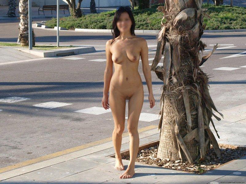 路上で乳房や股間を出しちゃう女の子 (10)