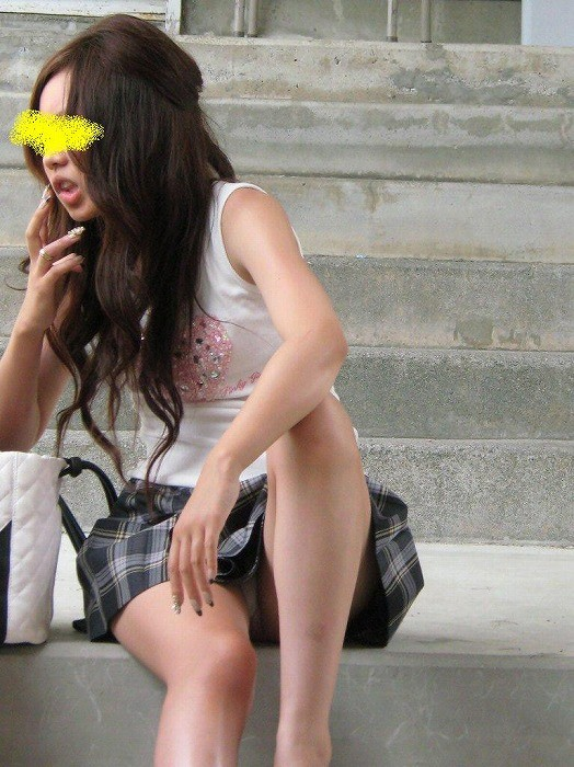 下着が見えてしまっている街の女の子 (18)