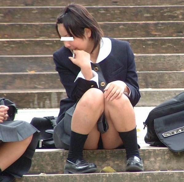 下着が見えてしまっている街の女の子 (8)