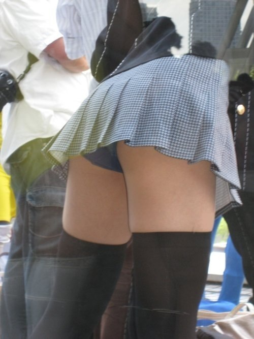 下着が見えてしまっている街の女の子 (7)