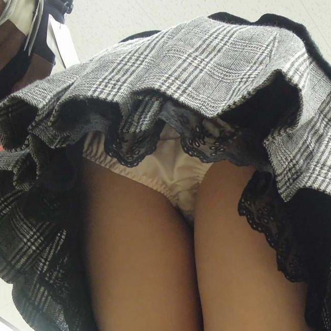 下着が見えてしまっている街の女の子 (1)