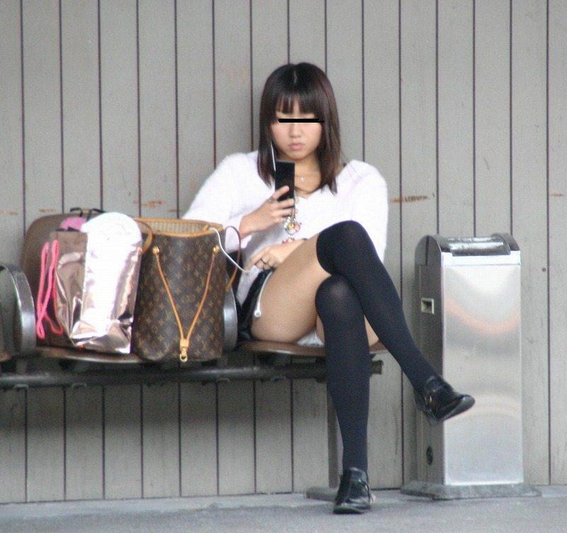 下着が見えてしまっている街の女の子 (6)