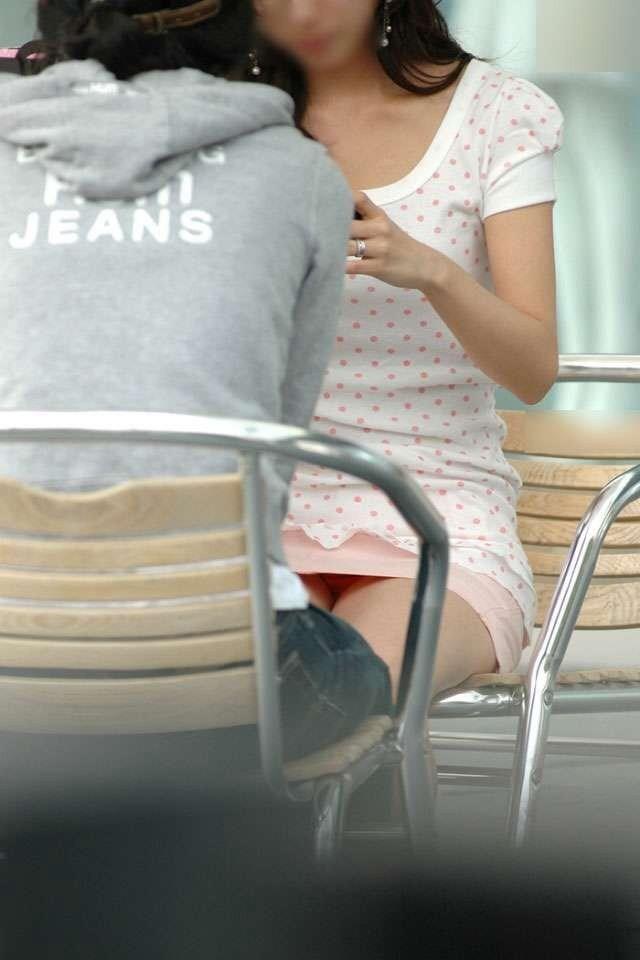 下着が見えてしまっている街の女の子 (4)