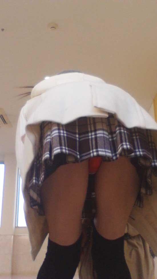 スカートが短いおかげで下着まで見えちゃった (7)