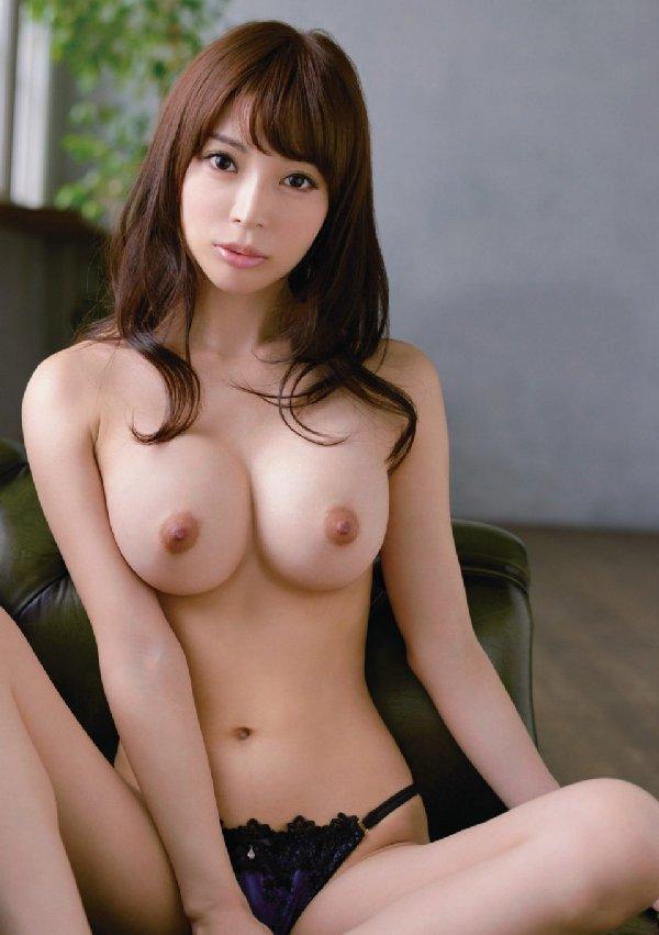 デカさも見た目も申し分無い素敵な乳房 (11)