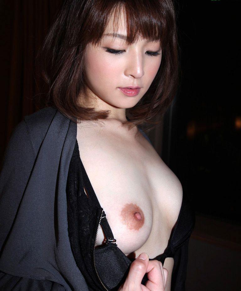 程よい大きさの美しい乳房 (2)