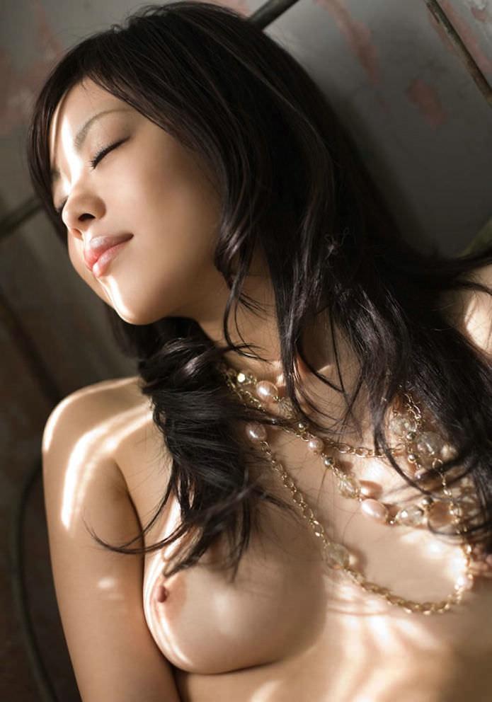 程よい大きさの美しい乳房 (9)