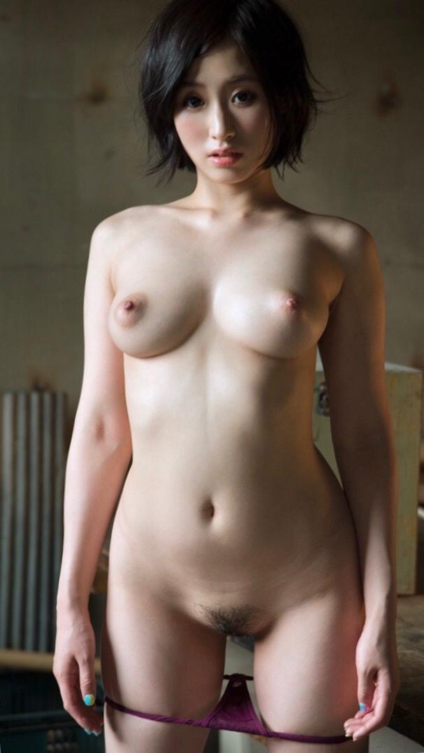 大きな乳房と程よい陰毛がエロい (4)