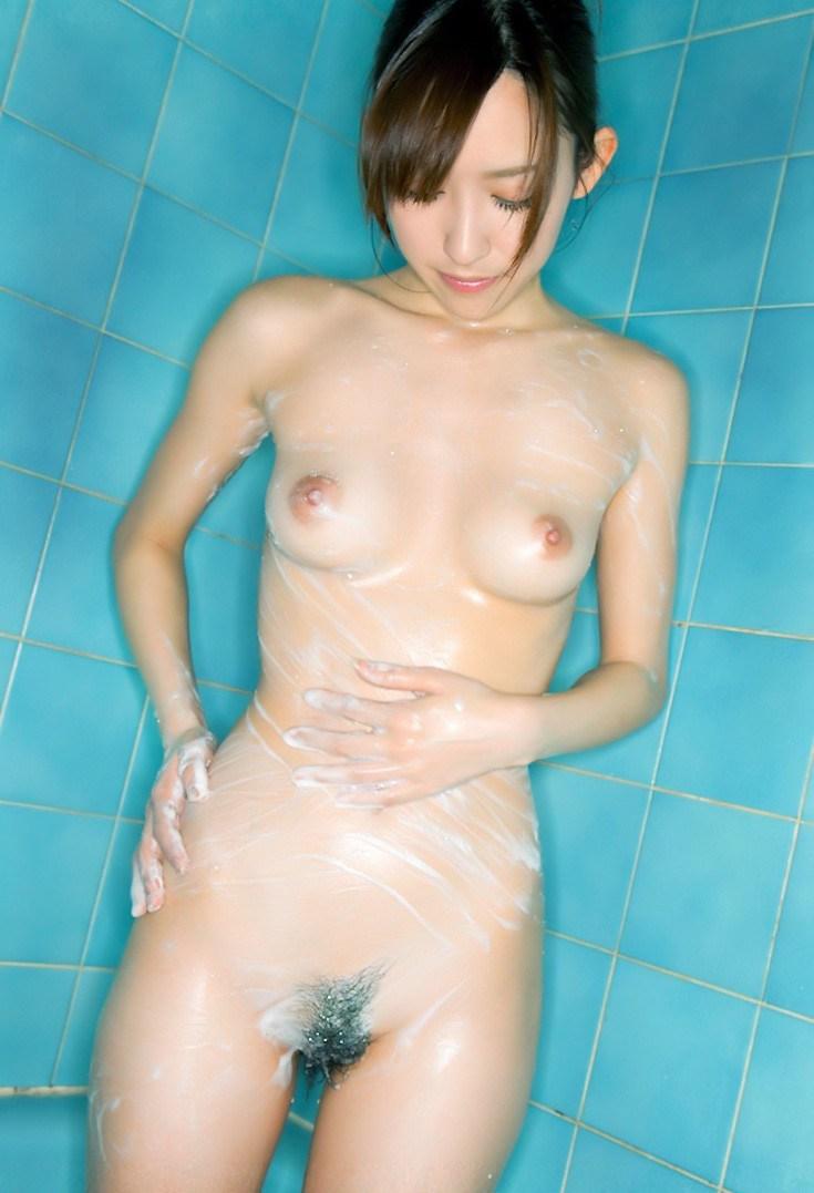 素っ裸で体を洗う途中の姿って妖艶だね (7)