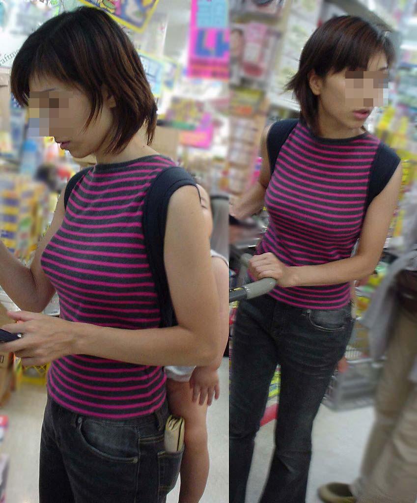 デカい乳房を揺らして歩いている人妻 (20)