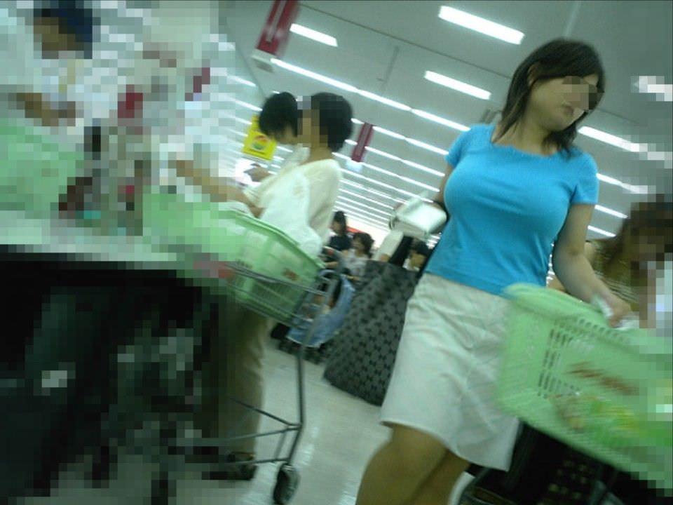 デカい乳房を揺らして歩いている人妻 (11)