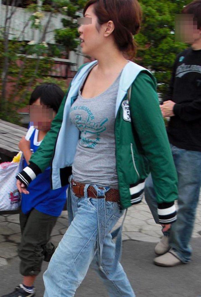 デカい乳房を揺らして歩いている人妻 (6)