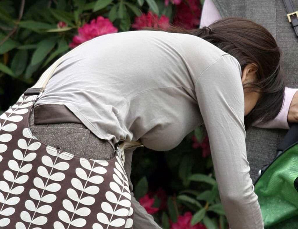 デカい乳房を揺らして歩いている人妻 (2)