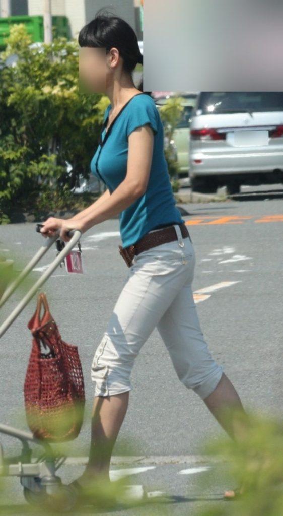 デカい乳房を揺らして歩いている人妻 (7)