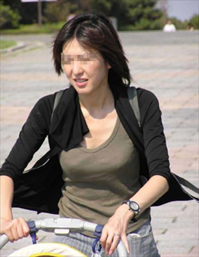 デカい乳房を揺らして歩いている人妻 (17)