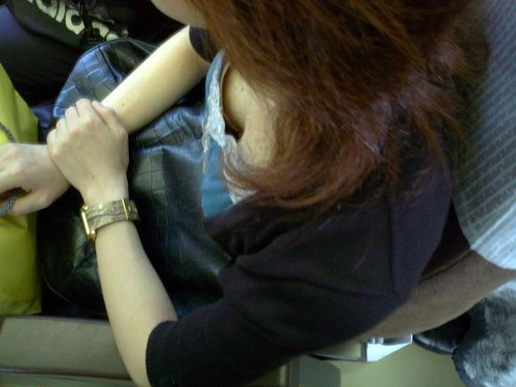 車内を見回すと、おっぱいが見えてる女の子がいた (10)