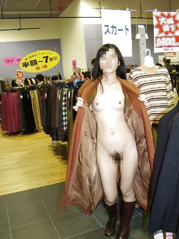 出かけると脱衣して素っ裸になりたがる女の子 (15)